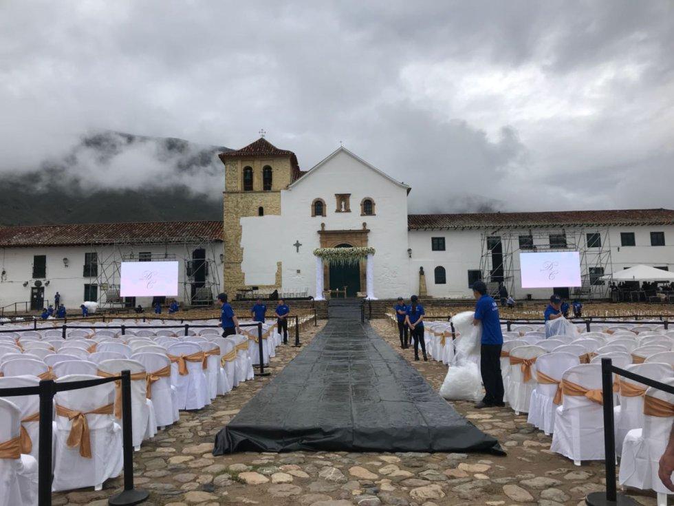 En la plaza se acomodó una zona VIP a la cual tuvieron acceso alrededor de 500 invitados especiales que ingresaron con tarjeta de invitación.