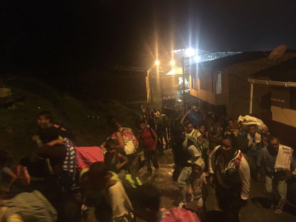 Allí han recibido solidaridad de la comunidad y a esperan las ayudas de las autoridades para sobrevivir el tiempo que permanezcan en esos lugares.-