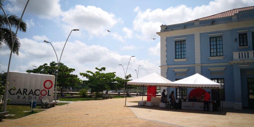 Bajo el azul del cielo barranquillero al lado de la Intendencia Fluvia, así fue el programa Hoy x Hoy Barranquilla