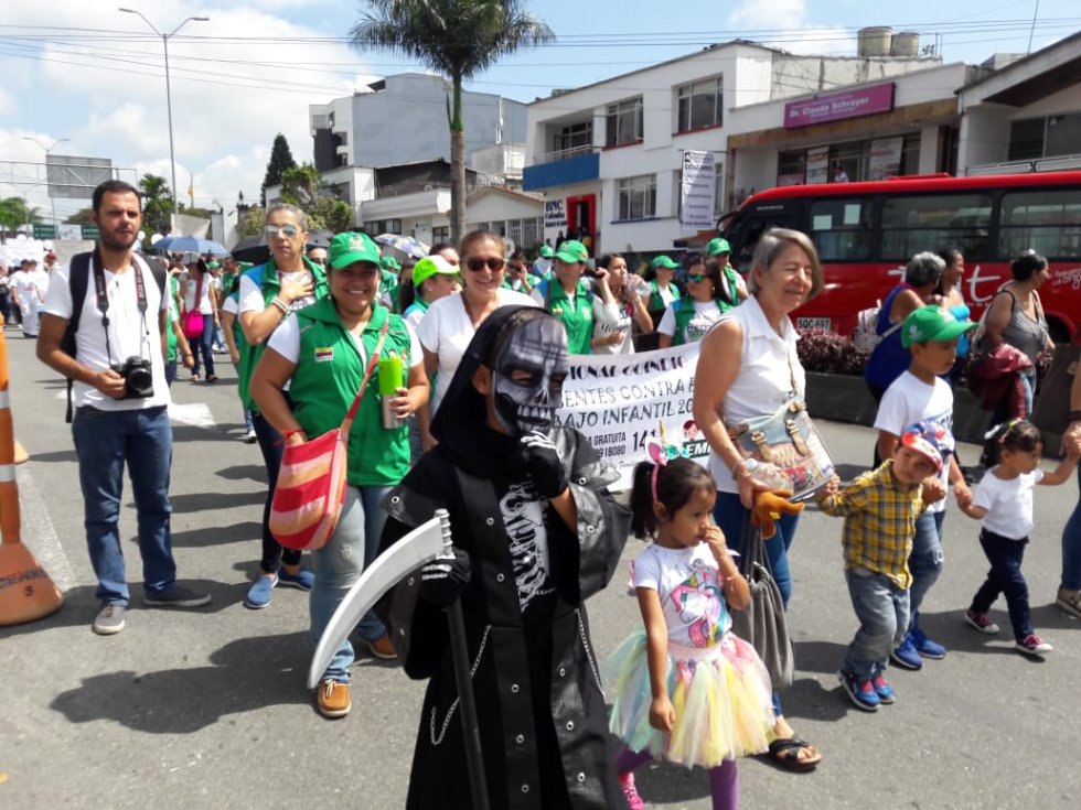 Este niño Martín llegó disfrazado de la muerte para llevarse a quienes maltraten a los niños