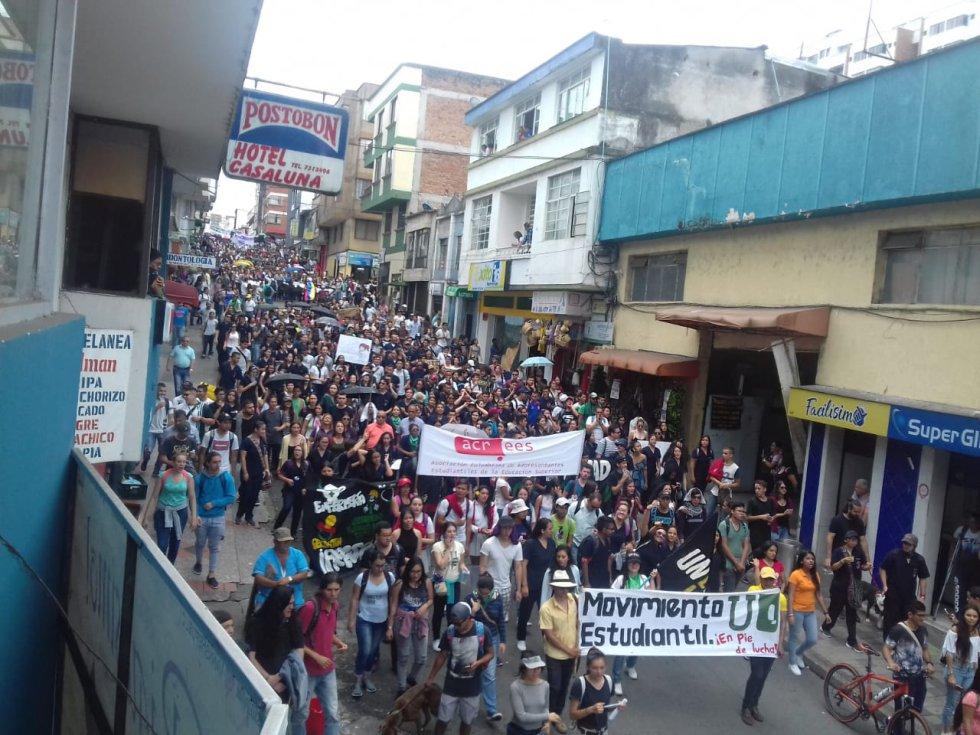 Multitudinaria participación de los estudiantes universitarios en la  marcha
