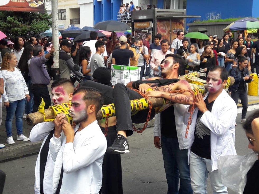 Con representaciones teatrales los estudiantes marcharon en la capital del Quindío
