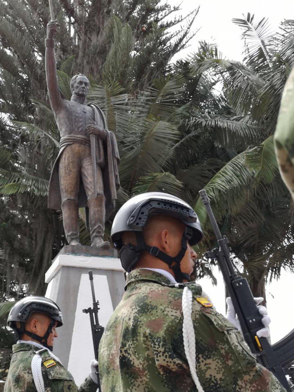 Las autoridades políticas, administrativas y militares del Quindío participaron de los actos protocolarios en el que se honró la memoria de los próceres de la patria como Simón Bolívar que pasó por el municipio de Salento, Quindío