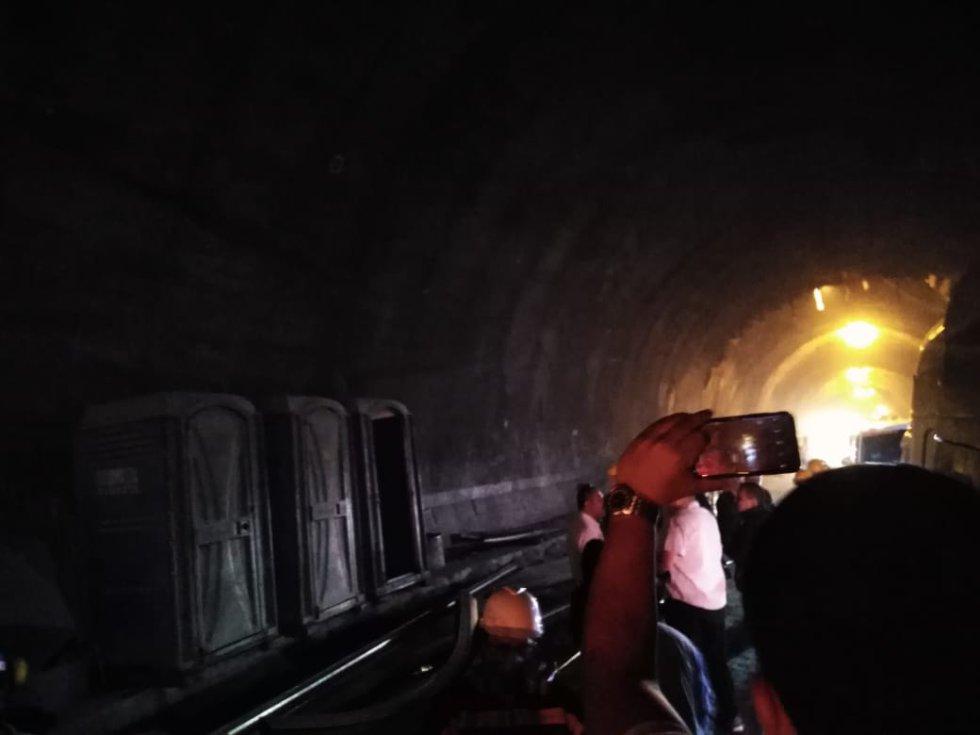 La obra cruza por la cordillera Central, comprende la construcción de 25 túneles, 31 puentes, 18 kilómetros de la segunda calzada y 3 intercambiadores viales.