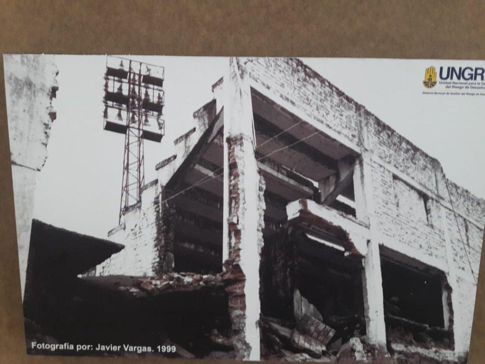 En el Centro de Convenciones de Armenia se realizara el Encuentro Nacional de Riesgo Sísmico donde hay una exposición de fotografías en blanco y negro de las afectaciones por el terremoto.