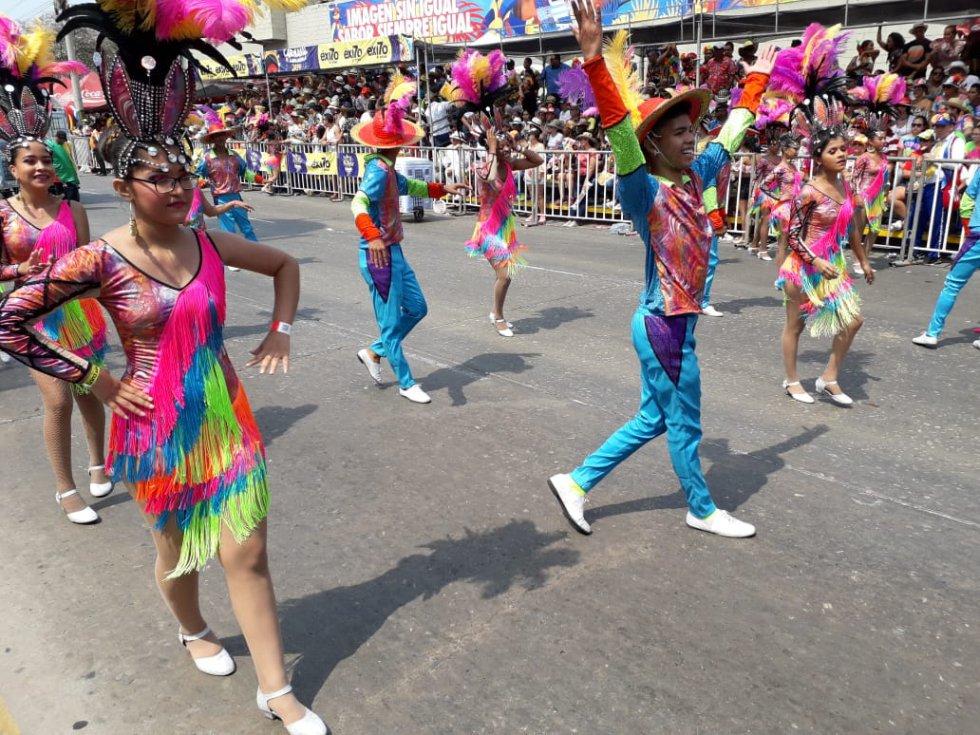 Varias comparsas también hicieron bailar a los asistentes a la Batalla de Flores