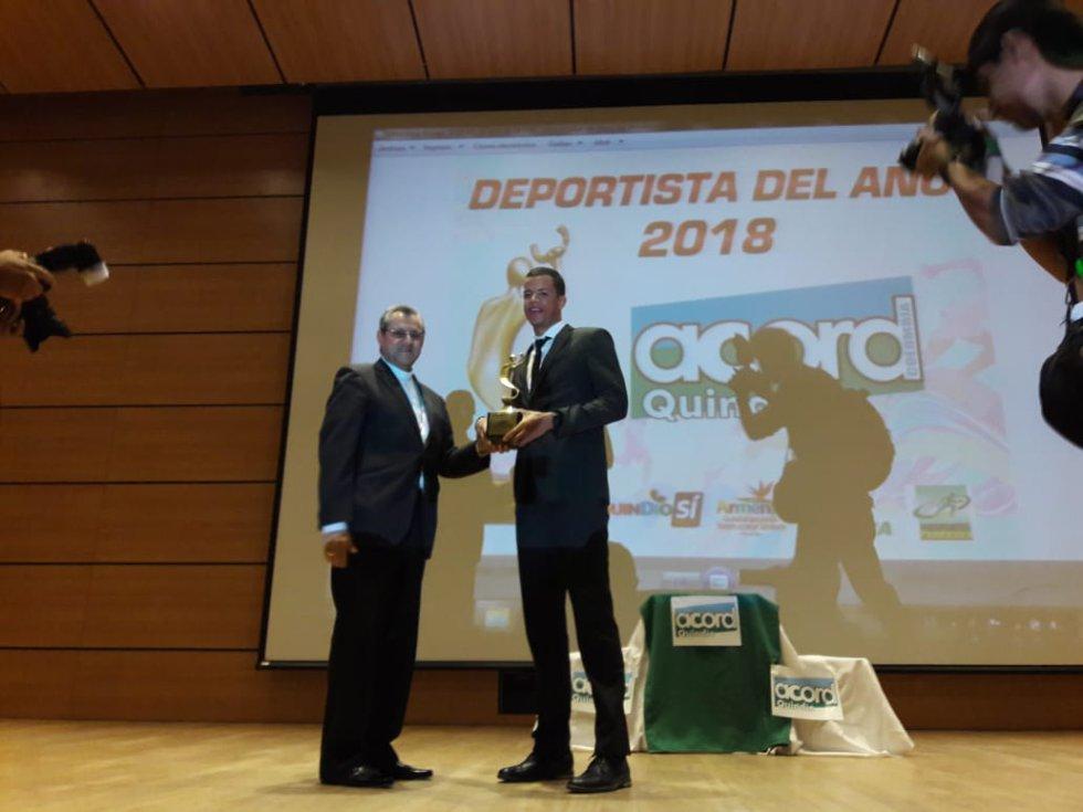 Alexander Ospina arbitro con escarapela FIFA