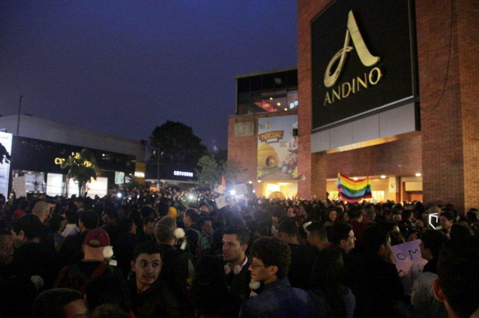 Centro Comercial Andino: ¡No más discriminación! Así se cumplió la besatón en contra de la homofobia
