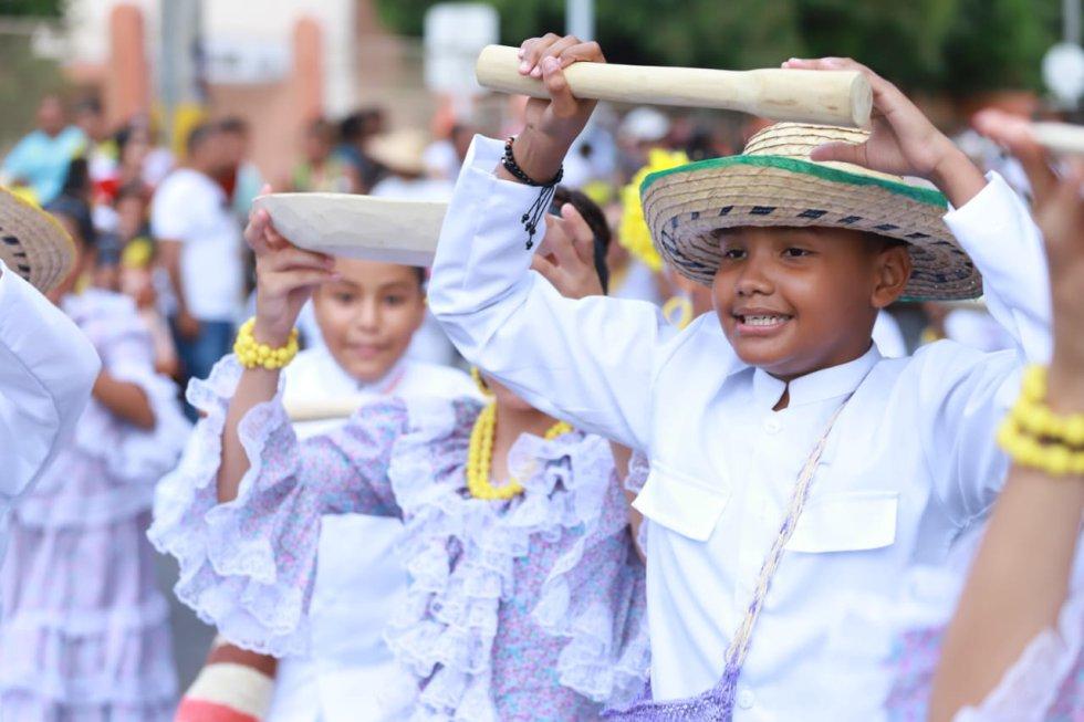 Los niños disfrutan de su participación en el desfile