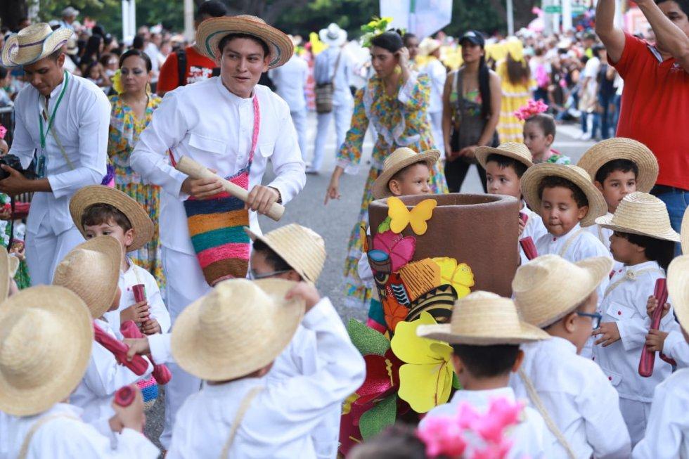 La enseñanza de los grandes a los niños en el El Desfile de Piloneros Menores