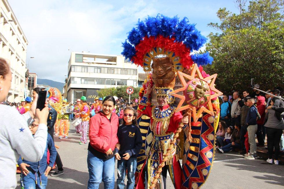 Las tradiciones de cada ciudad se vieron reflejados con los movimientos de los cuerpos de las personas que estaban en el desfile.