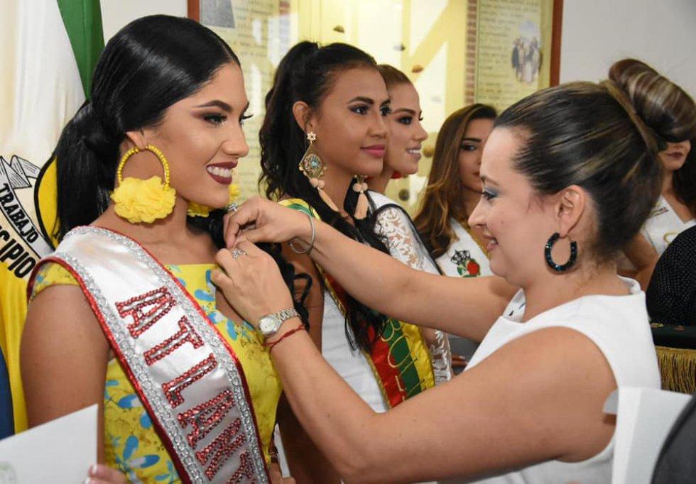 Imposición de bandas a las candidatas al certamen nacional