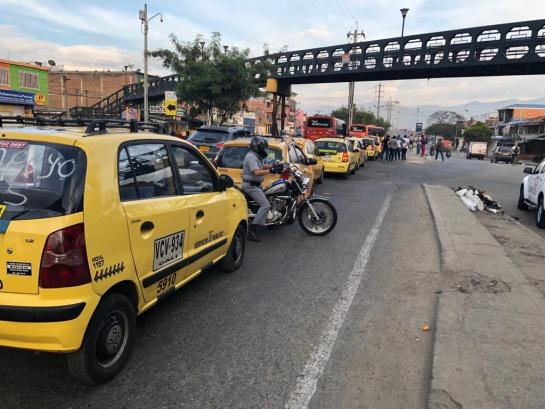 Afectada la movilidad en diferentes sitios de Cali por paro de taxistas