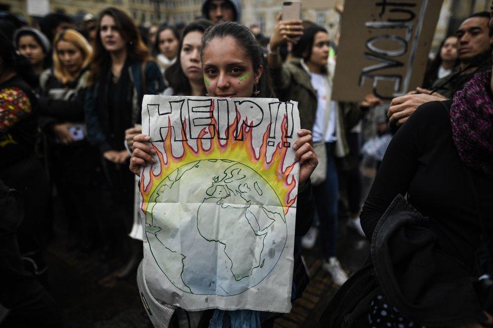 Durante la protesta, los jóvenes expresaron su preocupación con carteles.
