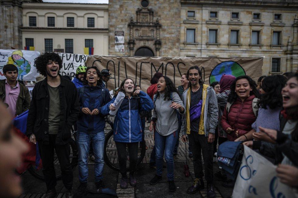 Grupo de manifestantes cantando arengas
