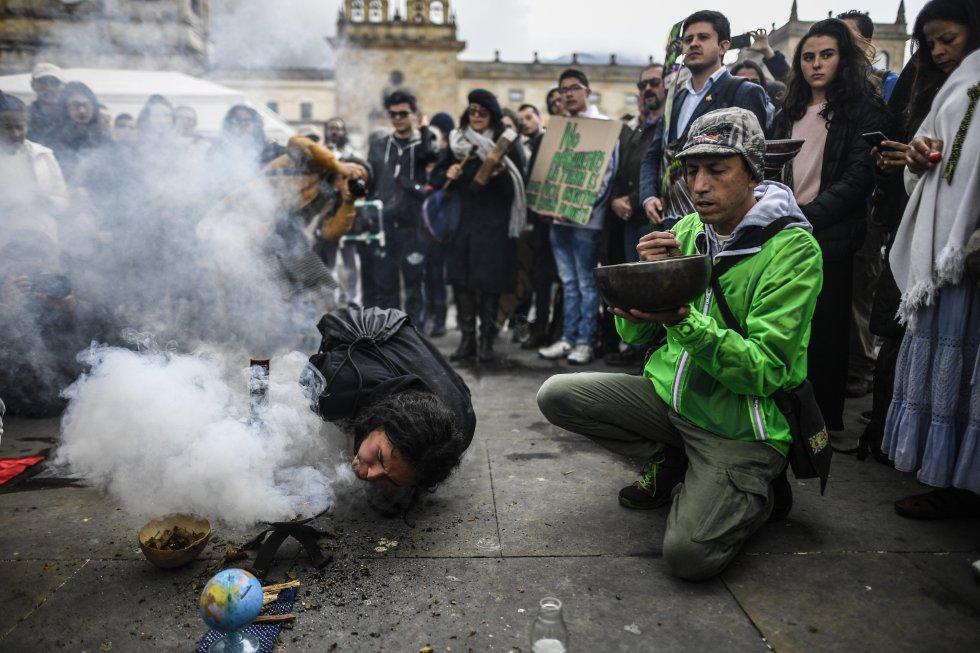 Ceremonia indígena durante la huelga.