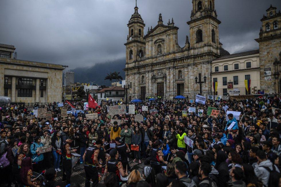 La multitud congregada en la Plaza de Bolívar.