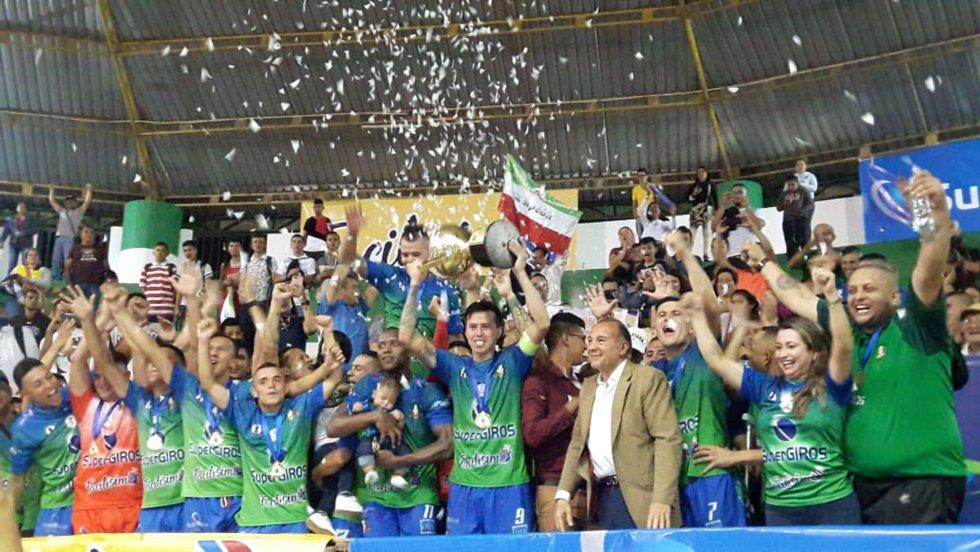 Caciques levantando la copa como campeones de la copa nacional de microfútbol