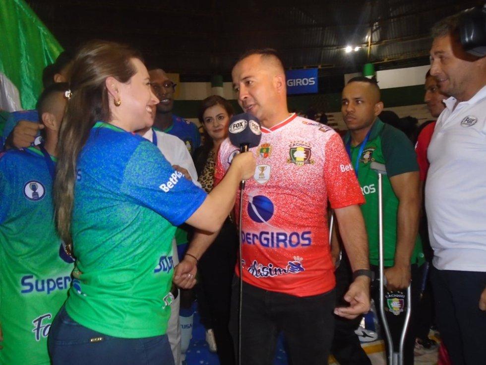 El canal deportivo Fox Sports hizo presencia en la gran final. la alcaldesa de Calarcá entrevistando a Giovanni Galindo