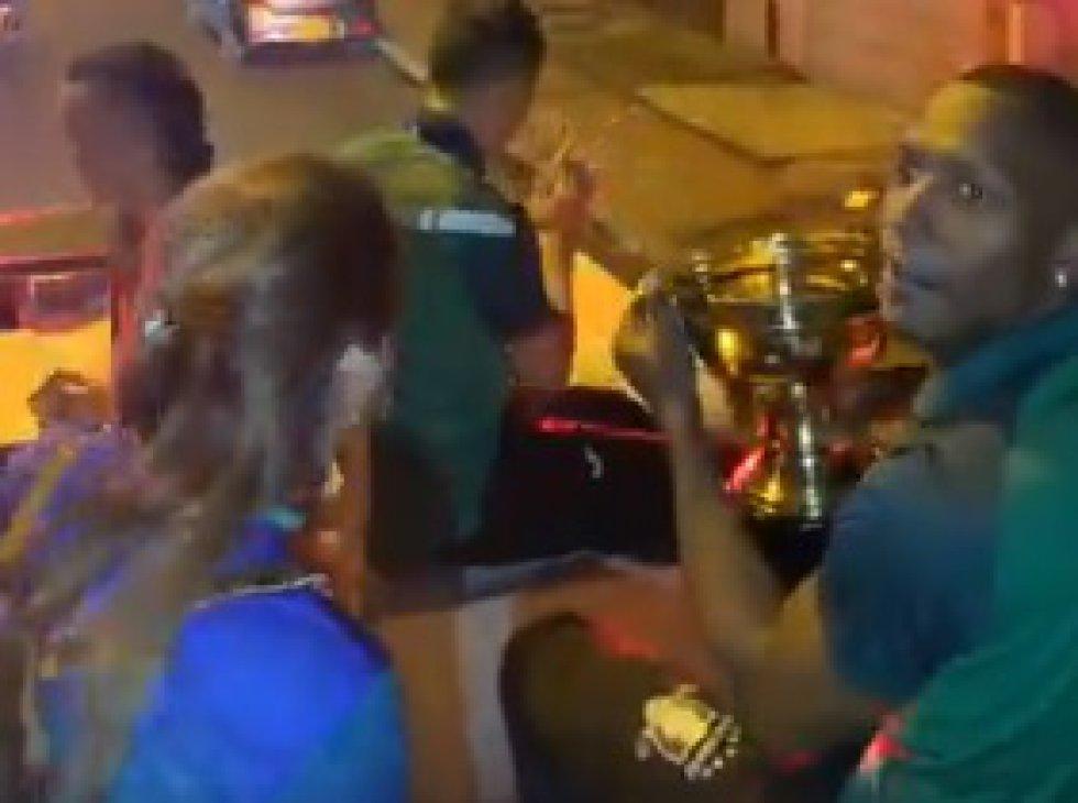Caravana en carro de bomberos por las calles del municipio Calarcá