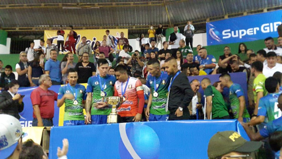 Los jugadores de Caciques recibiendo las medallas como campeones