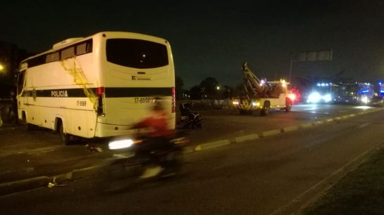 #EnLaNochedeCaracol: Detenidos vuelcan bus de la policía y se fugan