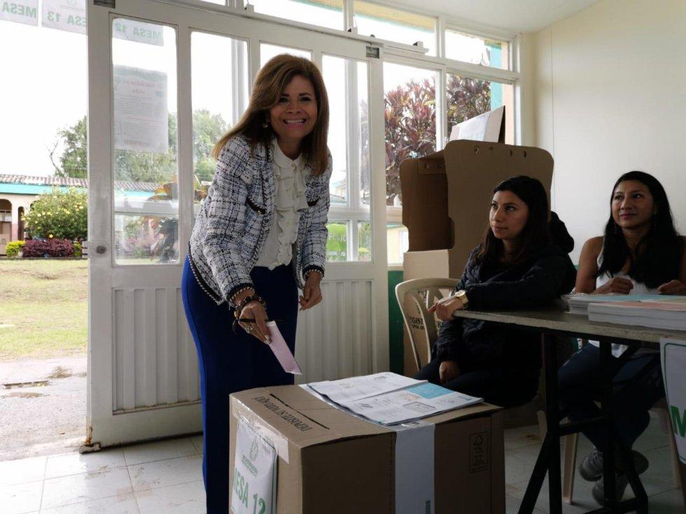 Piedad Correal Rubiano candidata a la alcaldía de Armenia le madrugo al voto