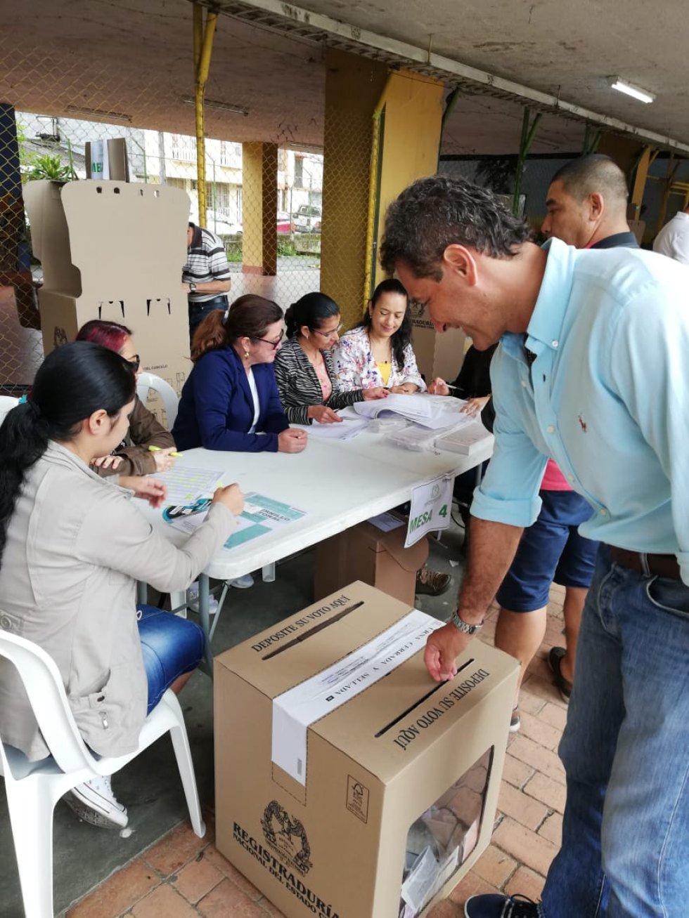 Carlos Alberto Gómez Chacón candidato a la gobernación del Quindío votó en Calarcá