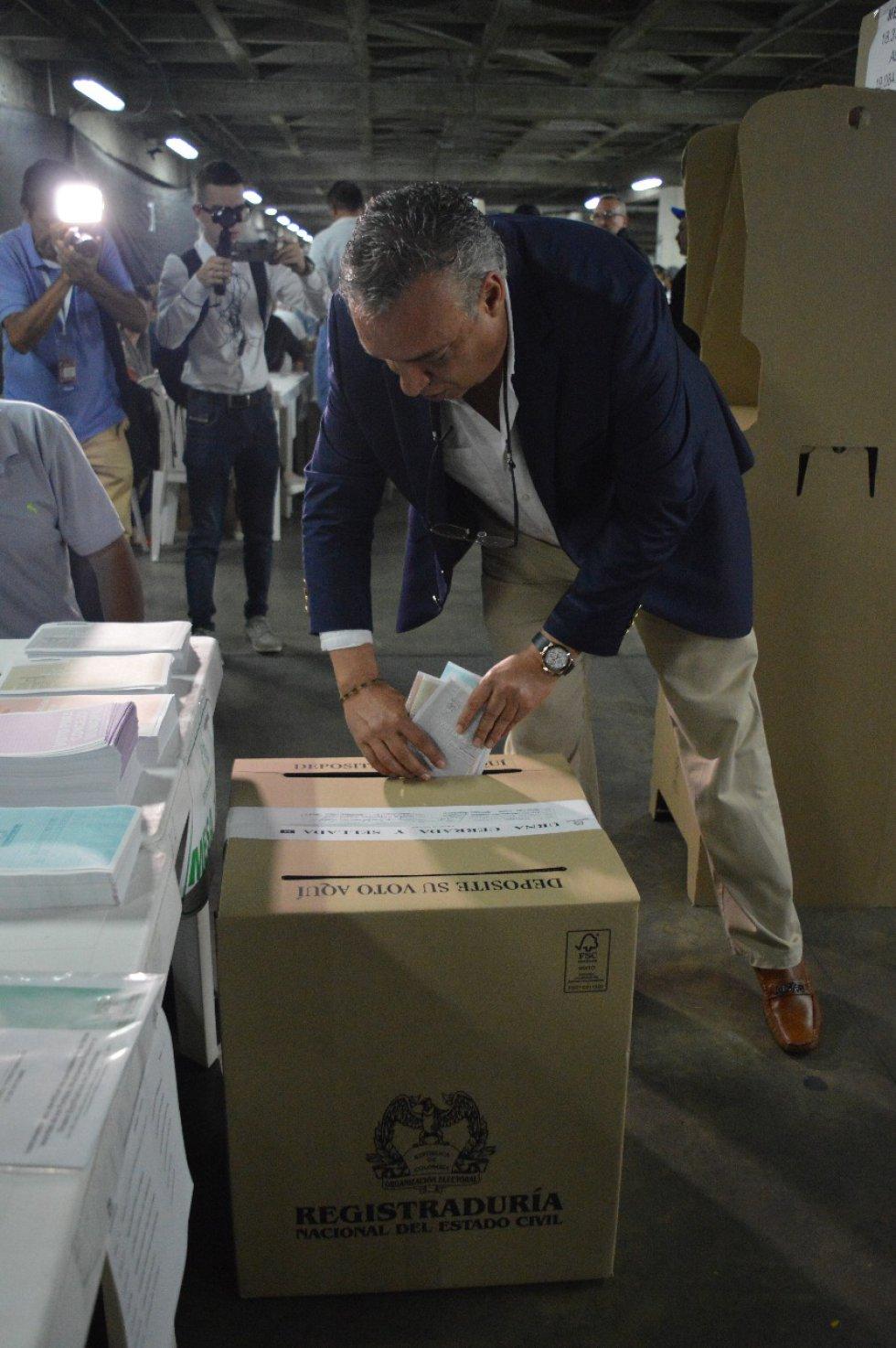 Roberto Jairo Jaramillo, candidato a la gobernación del Quindío votando en el CAM en Armenia