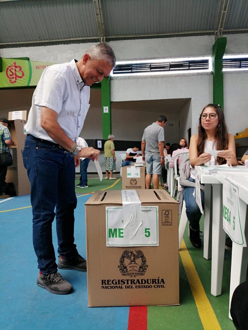 Eiber Arias Calle, candidato a la alcadía de Armenia votando en el coliseo del colegio Sagrado Corazón de Jesús
