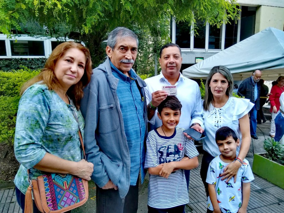 Mario Sánchez candidato a la alcaldía de Armenia votando en compañía de su familia