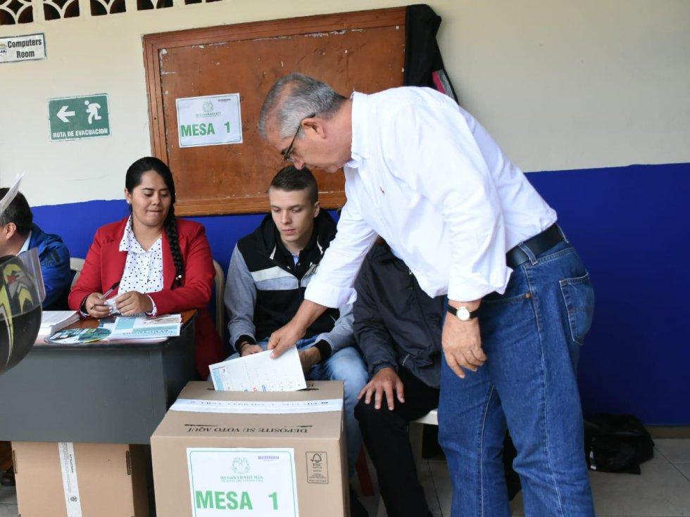 Álvaro Arias, candidato a la gobernación del Quindío depositando su voto