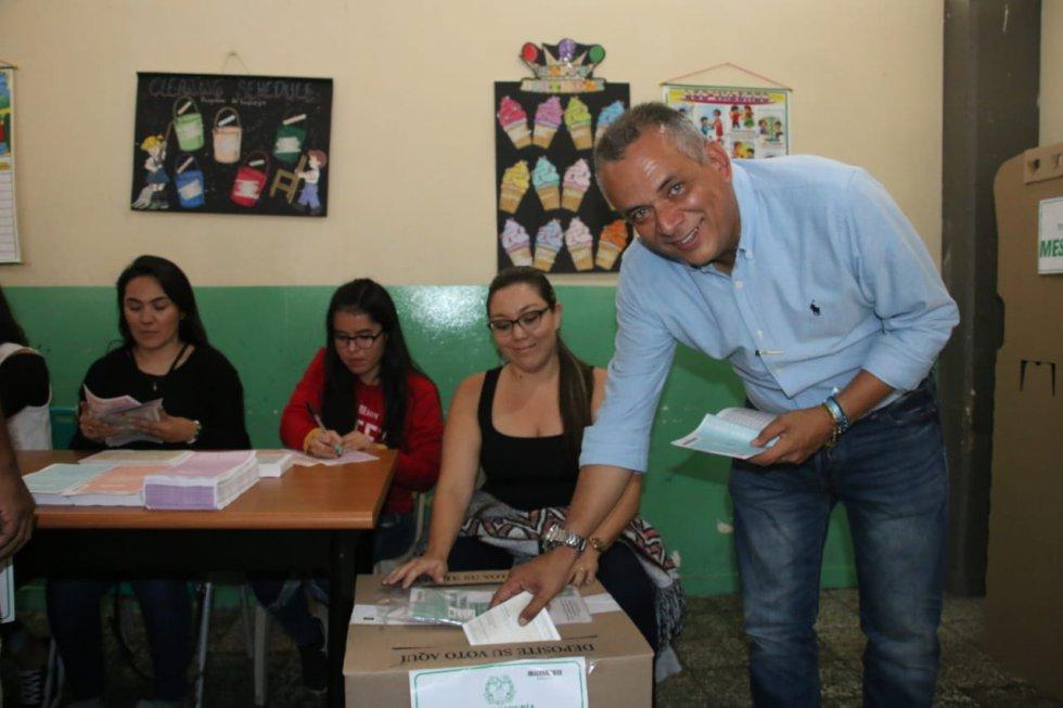 José Manuel Ríos, candidato a la alcaldía de Armenia ejerciendo el derecho al voto