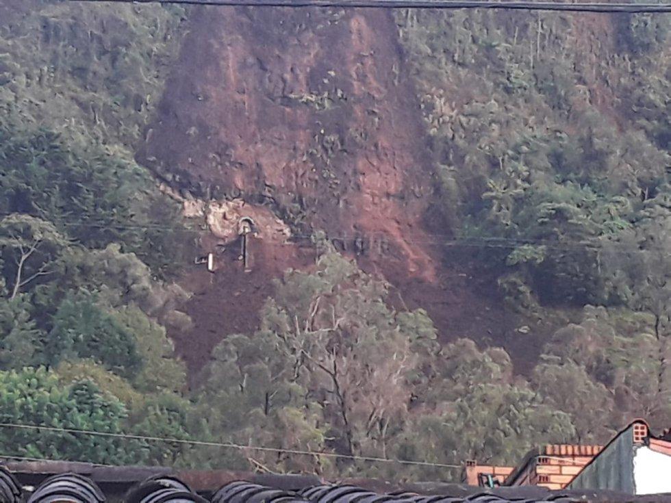 Autoridades de socorro atienden una emergencia generada por las fuertes y constantes lluvias que afectaron un amplio sector del municipio turístico de Jericó, en el occidente de Antioquia.
