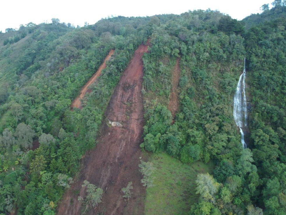 El puente de acceso de la vía principal colapsó y la otra vía alterna por Tarso y pueblo rico está afectado.