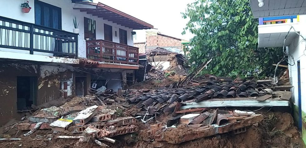 Bomberos de las localidades vecinas y el Ejército están en la zona ayudando a las comunidades.