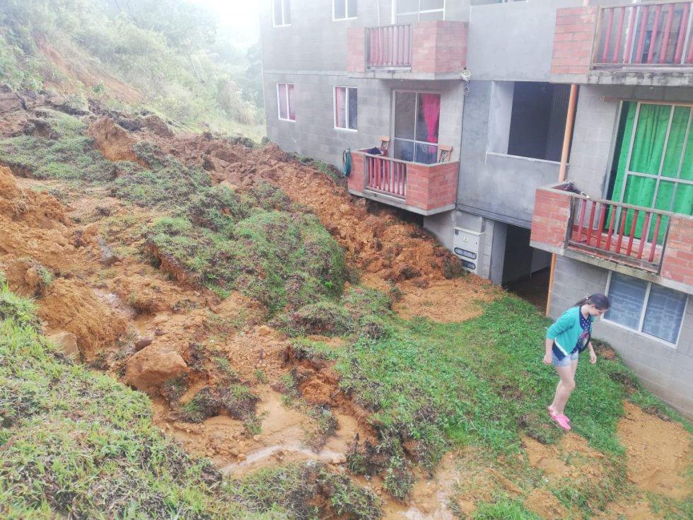 Autoridades de socorro atienden una emergencia generada por las fuertes y constantes lluvias que afectaron un amplio sector del municipio turístico de Jericó, en el occidente de Antioquia