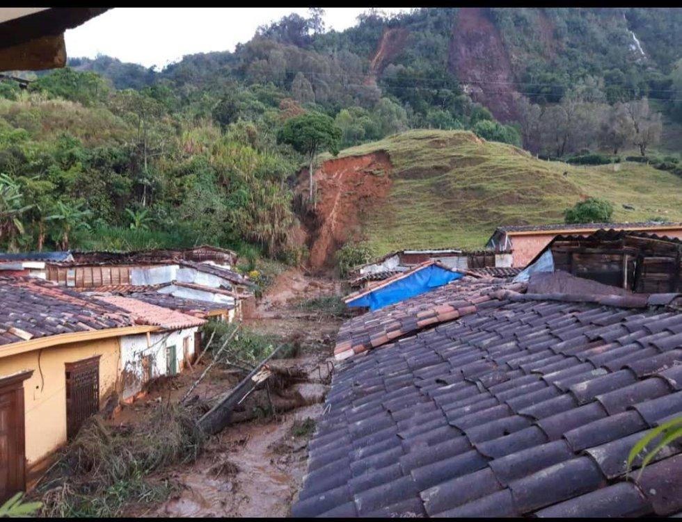 El desbordamiento de varios afluentes, entre ellos la quebrada san Francisco que pasa por el cerro Los Aguacates, inundó algunos barrios de esa localidad