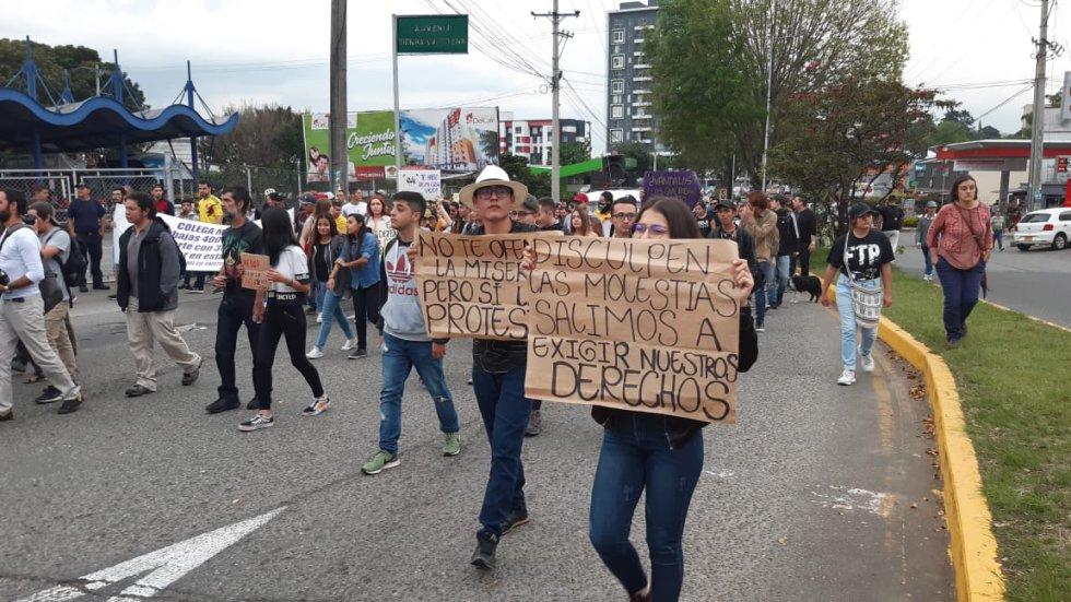 Las mujeres con sus  carteles y mensajes a los ciudadanos