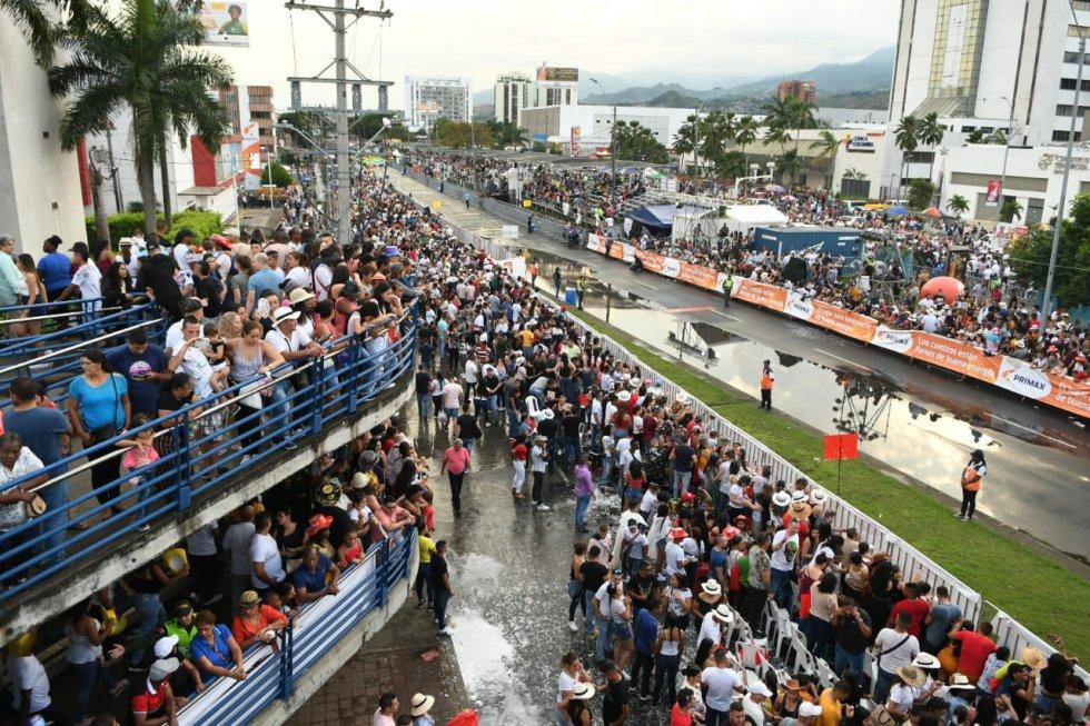 Ni la lluvia hizo que los asistentes se fueran, siguieron en sus lugares hasta que comenzara el espectáculo