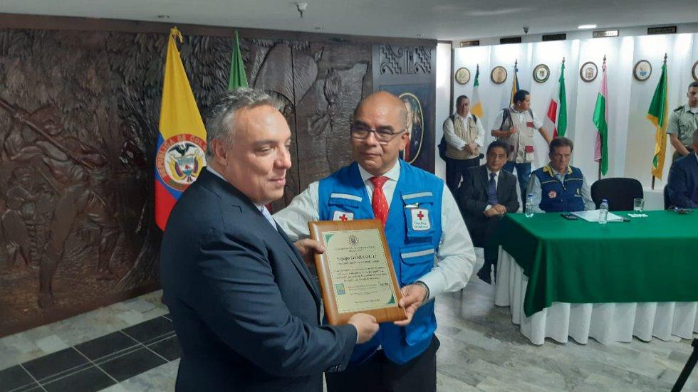 Gobernador del Quindío, Roberto Jairo Jaramillo entrega placa de reconocimiento a Carlos Hernán Arias, Pte Cruz Roja Quindío