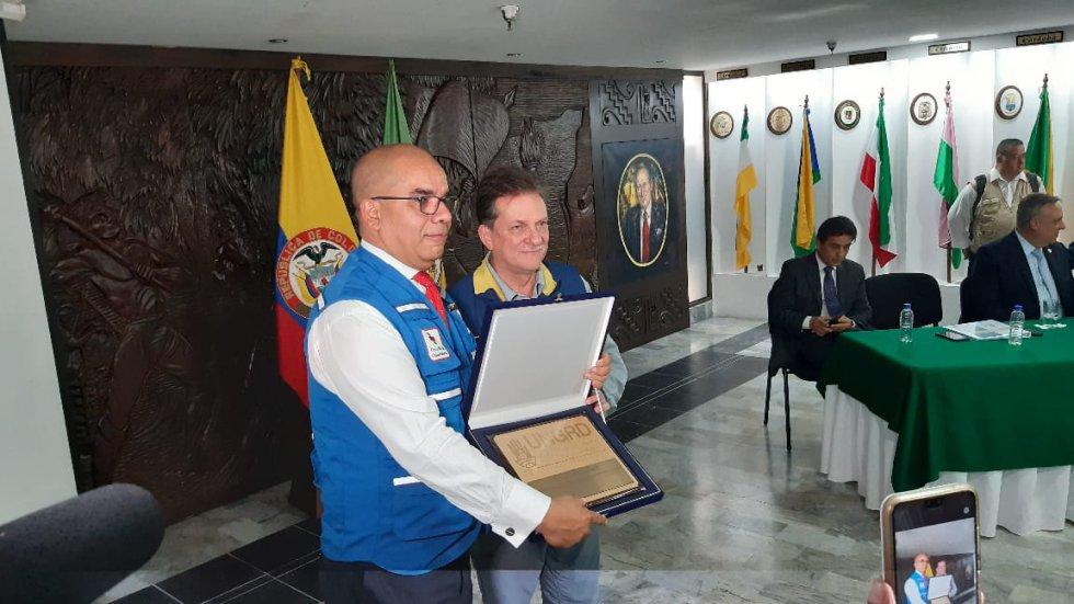 Eduardo Gonzáles, director de la Ungrd entrega reconocimiento a Carlos Hernán Arias, Pte Cruz Roja Quindío