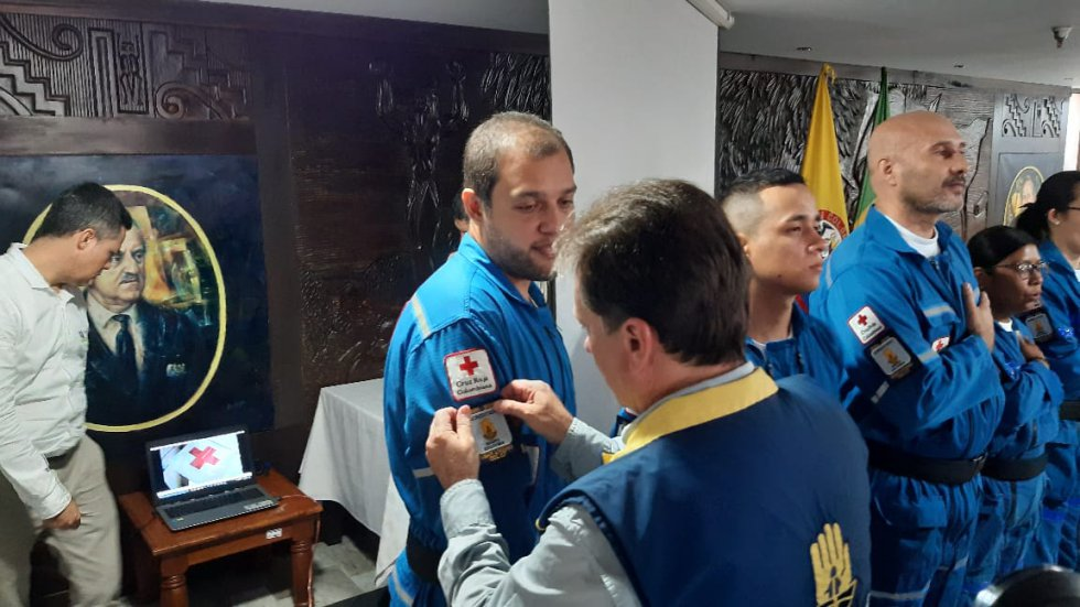 Eduardo Gonzáles director de la UNGRD impone estampa a Daniel Granada voluntario Cruz Roja, Quindío Certificado
