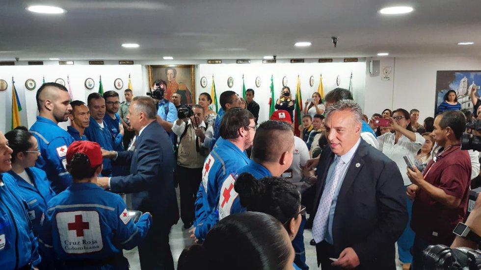 Gobernador y alcalde imponen estampa a los voluntarios de la Cruz Roja Quindío