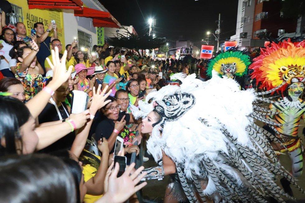 """La Reina del Carnaval, Isabella Chams, """"rugiendo"""" con los asistentes"""