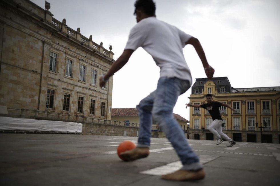 Se tomaron la plaza de Bolívar para jugar y otras actividades en medio de esta emergencia sanitaria por el coronavirus.