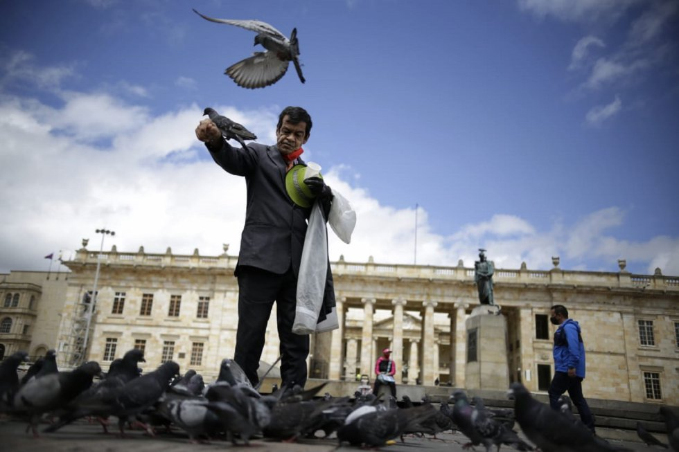 En la Plaza de Bolívar, que semana atrás no tenía ni un visitante, vuelve a verse ocasionalmente personas.