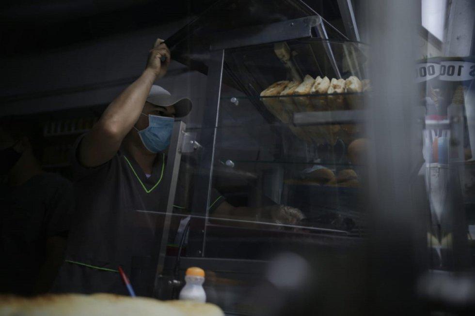 """El personal de las panaderías se adaptan a las medidas de bioseguridad y a la nueva """"normalidad"""" de la ciudad."""