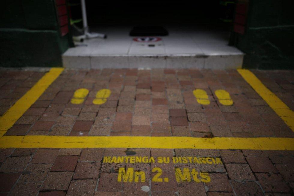 Los comercios piden a sus clientes tomar una medida de distancia de 2 metros para evitar contagios.