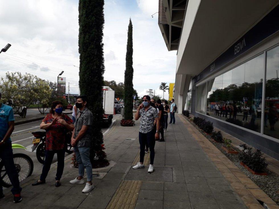 Filas para ingresar el Centro Comercial Calima